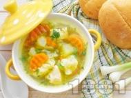 Вкусна бистра пилешка супа с месо от филе и зеленчуци - картофи, карфиол, моркови, грах от консерва и зелен боб поръсена с копър (без застройка)